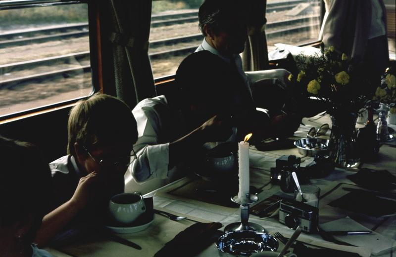 Lunch onderweg; altijd een bijzondere ervaring, eten in de trein, terwijl het landschap voorbijschuift