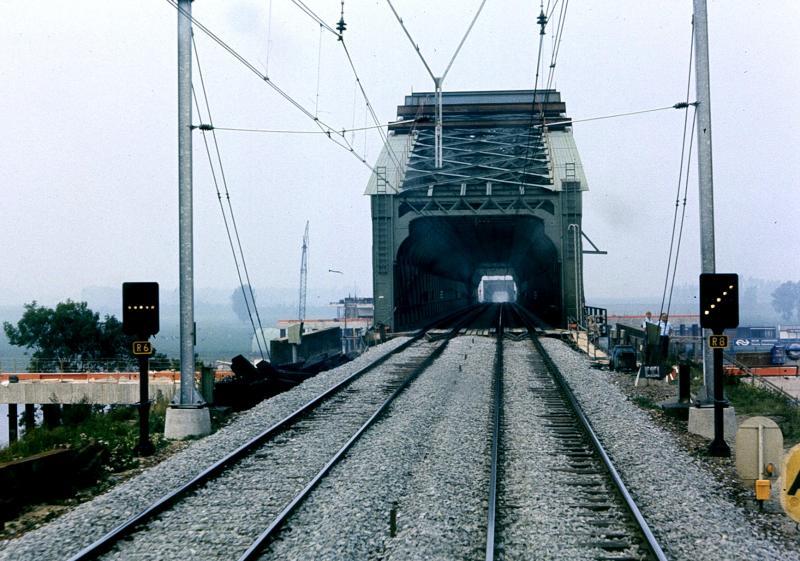 De oude spoorbrug van Culemborg moest uiteraard op de foto omdat wel duidelijk was dat deze, net als de spoorbrug in Rotterdam, zijn langste tijd gehad had.