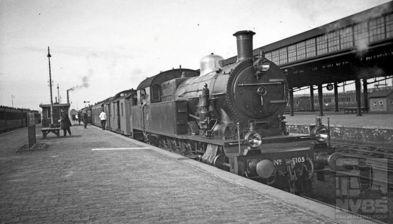 Bijna alle loctypes van de NS hebben ooit Amersfoort wel eens aangedaan. Op 24 februari 1936 is het de beurt aan de 6105 met een reizigerstrein. Het eerste rijtuig zou er een van de PTT kunnen zijn. Het treinnummer is 171 en daar kunnen kenners de bestemming van deze trein uit destilleren. Overigens reden de 6100-en meestal forensentreinen rond Amsterdam en in het Gooi. Van de 2C2-tenderlocs serie NS 6101-6110 zijn er vijf door Hohenzollern in Düsseldorf en vijf door Werkspoor in Amsterdam vervaardigd. Zij kwamen in 1929 in dienst, ongeveer gelijk met de serie 3900. Na de oorlog heeft alleen de 6108 nog dienst gedaan: de overige waren zwaar beschadigd of vermist.