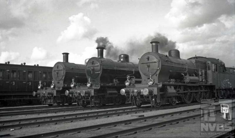 Drie locs keurig op rij: zij hebben de leden van de Algemeene Nederlandsche Metaalbewerkersbond met extra treinen naar Amersfoort gebracht. Op 2 juli van het jaar 1939 werd namelijk op het landgoed Birkhoven hun jaarlijkse landdag georganiseerd. Alle drie de locs behoren tot de serie NS 3701-3820, in dienst gesteld vanaf 1910 bij de Staatsspoorwegen. Het is de op een na grootste serie locomotieven bij de NS. Zulke grote aantallen werden gewoonlijk door verschillende firma's gebouwd en deze ook: ze kwamen uit Engeland, Duitsland en Nederland. Die laatste natuurlijk van Werkspoor. Deze 2C-locs hadden twee buitenliggende en twee binnenliggende cilinders en haalden 110 km/h. Voor de spoorwegen waren het alleskunners: ingezet voor zowel voor personen- als goederentreinen. Nummer 3737 is bewaard gebleven en staat in het Spoorwegmuseum, helaas (voorlopig?) niet in rijdbare toestand.