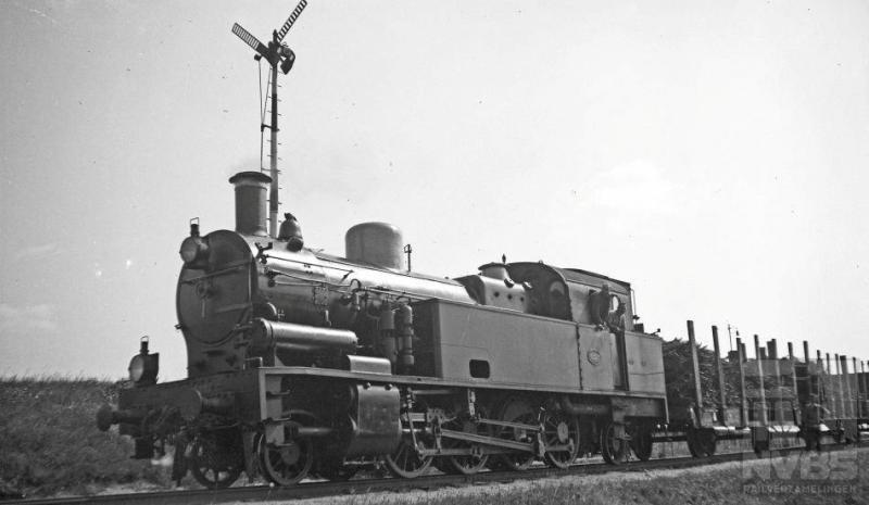 """Bij de rangeerheuvel op het Amersfoortse emplacement zien we 1D1-loc 6227 met een aantal rongenwagens staan. Let ook op het heuvelsein: het staat in de stand """"heuvelen toegestaan"""" zodat we mogen aannemen dat het heuvelen al is begonnen. Dit type tenderlocomotief kwam vanaf 1912 bij de Staatsspoorwegen in dienst om de zware kolentreinen uit Zuid-Limburg te trekken. Met hun 10.700 kg trekkracht voldeden zij uitstekend. Hohenzollern uit Düsseldorf heeft ze gebouwd  in een serie van veertig stuks (NS 6201-6240). 10 augustus 1935."""