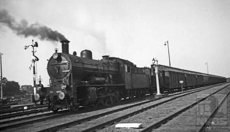 Op 10 augustus 1935 passeert deze locomotief met een huisvuiltrein Amersfoort. De wagens zijn leeg, want de trein rijdt naar Den Haag, waar ze weer gevuld zullen worden. Loc 4620 is de hoogste van de serie van twintig stuks (NS 4601-4620). Zij werden in 1922 bij Werkspoor besteld als opvolger van eerdergenoemde serie 6201-6240, die als tenderlocomotief maar beperkte hoeveelheden kolen en water kon meenemen. Ook de trekkracht van de 4600-en was met 14.260 kg een stuk groter. Toch bevielen deze machines niet voor de volle honderd procent. Dat kwam voornamelijk door de constructie met twee grote buitenliggende cilinders die een soepele loop in de weg stonden.