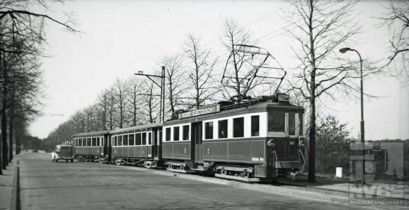 Tot slot nog een aardige tramfoto van de NBM. Bij de Vlasakkers te Amersfoort komt op 10 april 1939 motorwagen 94 ons tegemoet, met twee aanhangwagens van de serie 30-54 aan de haak. Waarschijnlijk komt deze tram uit Doorn. De vier motorwagens 91-94 werden in 1931 door Beijnes in Haarlem gebouwd. Na de opheffing van de tramdiensten in 1949 zijn zij naar Solingen verhuisd.