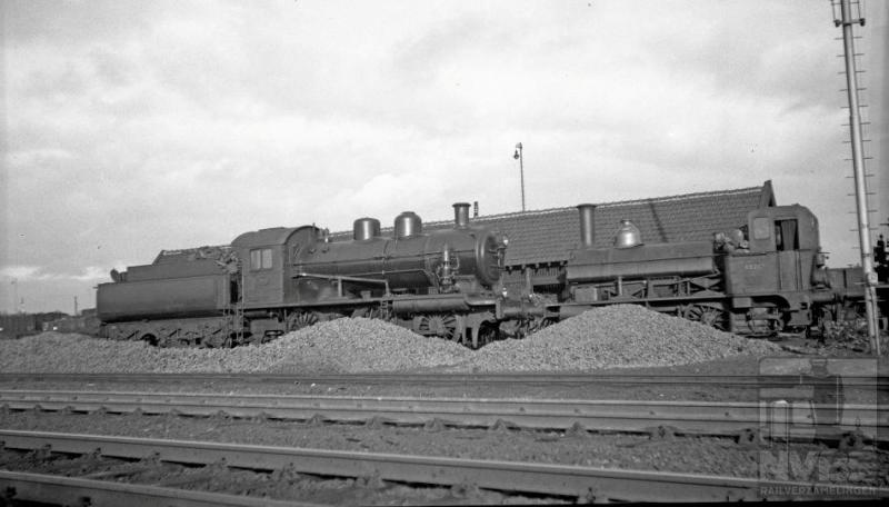 Stoomlocomotieven werden bij de NS allemaal met kolen gestookt. In tegenstelling tot bij voorbeeld Duitsland waar veel locomotieven een olietender hadden. Hier staan op 2 februari 1936 twee locomotieven klaar om hun tenders te laden: de 3417 en de 8226. De serie NS 3401-3420 dateert uit 1921 en werd gebouwd door de Berliner Maschinenbau A.G. De locs hadden twee binnenliggende cilinders, die hellend boven de voorste as lagen. Hun maximum snelheid bedroeg 75 km/h. De 8226  is wat jaartjes ouder, geboortejaar 1912. Ook deze kwam uit Duitsland: van de Hannoversche Maschinenfabrik A.G. Het ontwerp van deze zadeltankmachines kwam echter uit Engeland, waar Sharp Stewart in 1880 deze tenderlocs voor rangeerdoeleinden heeft ontworpen voor de NRS. Dit type rangeerlocomotief beviel erg goed en tot 1915 hebben verschillende fabrikanten exemplaren geleverd, waaronder Werkspoor.