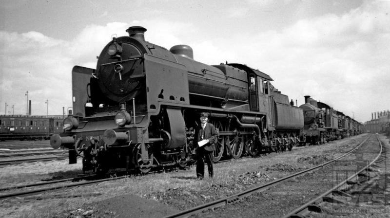 In de buurt van het locdepot staat op 5 juli 1936 een hele rij stoomlocomotieven opgesteld. Er was duidelijk iets bijzonders aan de hand.  De VARA organiseerde op die dag haar zomerfeest op het landgoed Birkhoven te Amersfoort. Vooraan een loc uit de serie 3900, volgens kenners de mooiste die NS heeft gehad. Het waren er in totaal 32 (NS 3901-3932) gebouwd door de firma Henschel te Kassel. De eerste kwamen in 1929 in dienst. Doordat de maximaal toelaatbare asdruk kort tevoren was verhoogd van 16 naar 18 ton, konden de machines ook wat zwaarder worden. Dat waren de 3900-en dan ook: het dienstvaardig gewicht inclusief tender bedroeg 147 ton. Zij trokken zware sneltreinen door het land met een maximum snelheid van 110 km/h. Dit was trouwens de laatste serie stoomlocomotieven die de NS zelf heeft ontworpen. Een bijzonder scherpe foto, maar de ene buffer bedekt net het nummer zodat we dat niet kunnen vaststellen.