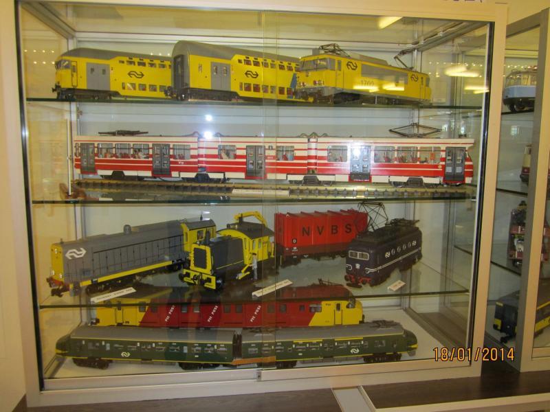 Expositie van diverse modellen, o.a. een sik en een groene koploper