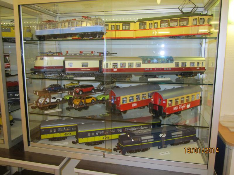 Expositie van diverse modellen waaronder autotransportwagens, de gläzerne Zug van DB en een E3 met restauratie- en panoramarijtuig.