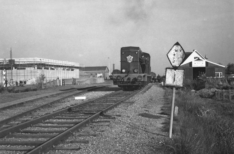 De jaren vijftig, zestig en zeventig waren de locomotieven van de serie 2400/2500 heer en meester op de Noord-Friese goederenlijnen. Hier zien we locomotief 2429 rangeren bij Dokkum op 1 november 1966. Het witte gebouw rechts is het stationsgebouw. Links is de busgarage voor de Noord-Oost-Friese (NOF) in aanbouw. Foto: David Mol.