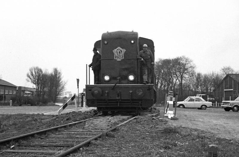 Een bijzondere laatste rit van Holwerd naar Dokkum, vastgelegd door Wietse Hoekstra op 31 maart 1972 en op verzoek van het NFLS-liefhebbersgroepje. De overweg bij het station moest er zelfs voor opengebroken worden. Hoe dat nu precies zat, leest u in het boek.