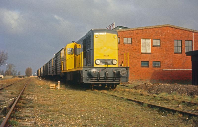 Het gerucht deed de ronde dat op 31 januari 1974 de laatste keer van Leeuwarden naar Holwerd zou worden gereden. Dat gerucht had een relatief groot waarheidsgehalte op dat moment. Dus trokken de vrienden van NFLS (het eerder genoemde groepje) eropuit om de laatste rit zo goed mogelijk fotografisch vast te leggen. Hier zien we locomotief 2424 te Hallum met de 'laatste' trein op de oostelijke tak. Foto: Wietse Hoekstra.