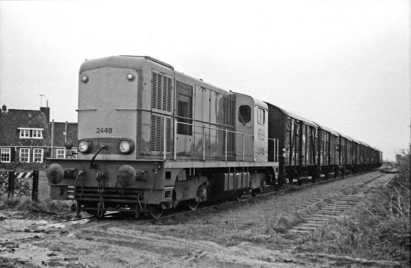 Locomotief 2449 met een aardappeltrein met wagens bestemd voor Hallum en Holwerd tijdens het allerlaatste seizoen op 24 oktober 1974. De foto is even ten noorden van Stiens opgenomen; rechts is nog de aftakkende lijn naar Minnertsga te zien. Foto: Oege Kleijne.