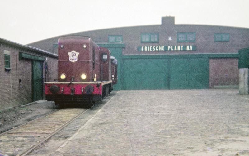 Slechts enkele bedrijven aan de NFLS-lijnen bezaten een spooraansluiting, zoals hier te zien bij de Friesche Plant te St. Jacobi Parochie. Locomotief 2523 haalt een wagon af op 12 november 1968. Foto: Lieuwe van der Leij.