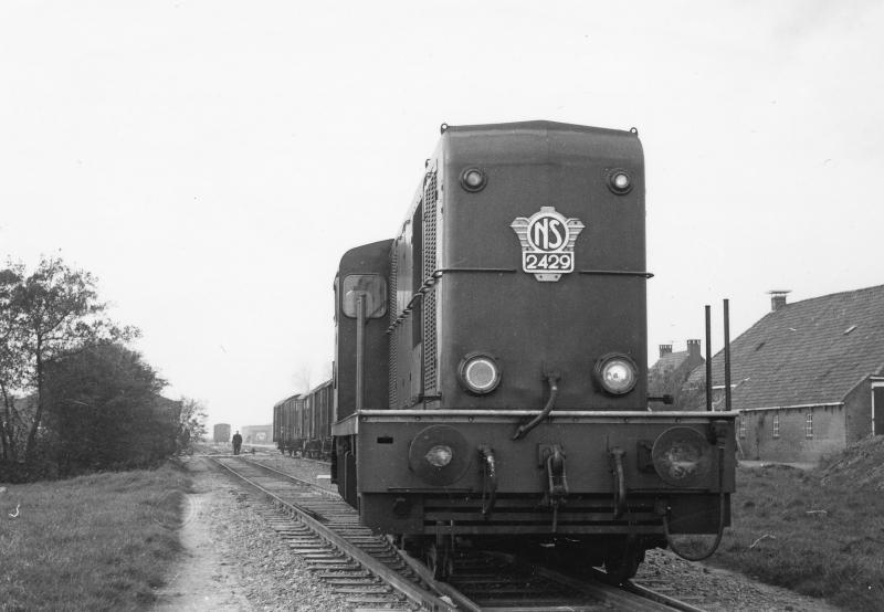 Minnertsga was 1 november 1966 het eindpunt van de westelijke tak. Ook daar waren tijdens de aardappelcampagne lange treinen te zien. Op die datum moet het relatief rustig zijn geweest, want loc 2429 bedient beide takken van de NFLS-lijnen. Foto: David Mol.
