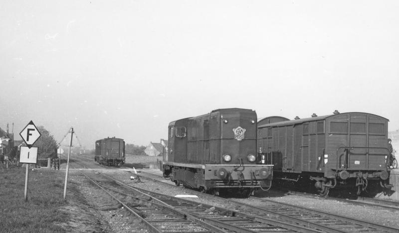 Stiens was het exploitatieve hart van de Noord-Friese lijnen. Goederentreinen werden hier 'fijngesorteerd', zodat de wagons in goede volgorde stonden voor het plaatsen bij de klant. We zien hier twee locomotieven waarvan de voorste de 2428 is. Daarachter een onbekende 2400. Fotograaf David Mol noteerde als datum 7 januari 1966.