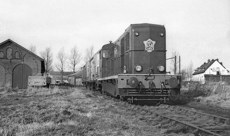 Locomotief 2460 poseert hier naast de voormalige locomotiefloods in Stiens en haalt aardappelwagons af op 9 februari 1973. Vermoedelijk gaat het hier om een historische foto: een van de laatste, zoniet de allerlaatste trein die aardappelhandel Brandsma liet vervoeren, tegen bijzonder tarief, anders kwam de NS niet. Foto: Wietse Hoekstra.