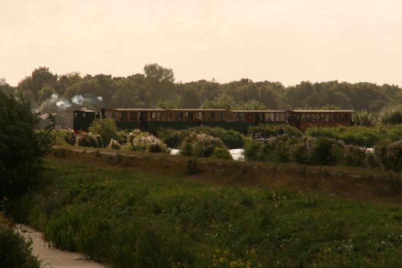 Later op de middag ronden beide treinen het meer. Loc 4 trekt nu de personentrein, loc 8 de kiepkarretjes.