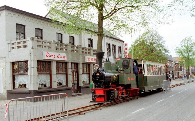 2 mei 1982In de Spoorstraat te Gennep pendelt de loc met één rijtuig ter gelegenheid van een spoorwegfeest twee dagen over een tijdelijke spoorbaan van een kleine tweehonderd meter. De rails ligt ongeveer op het tracé van de voormalige MBS-lijn, waar van 1913 tot 1944 een intensief tramvervoer plaats vond. (zie ook: maas-buurtspoorweg.nl)