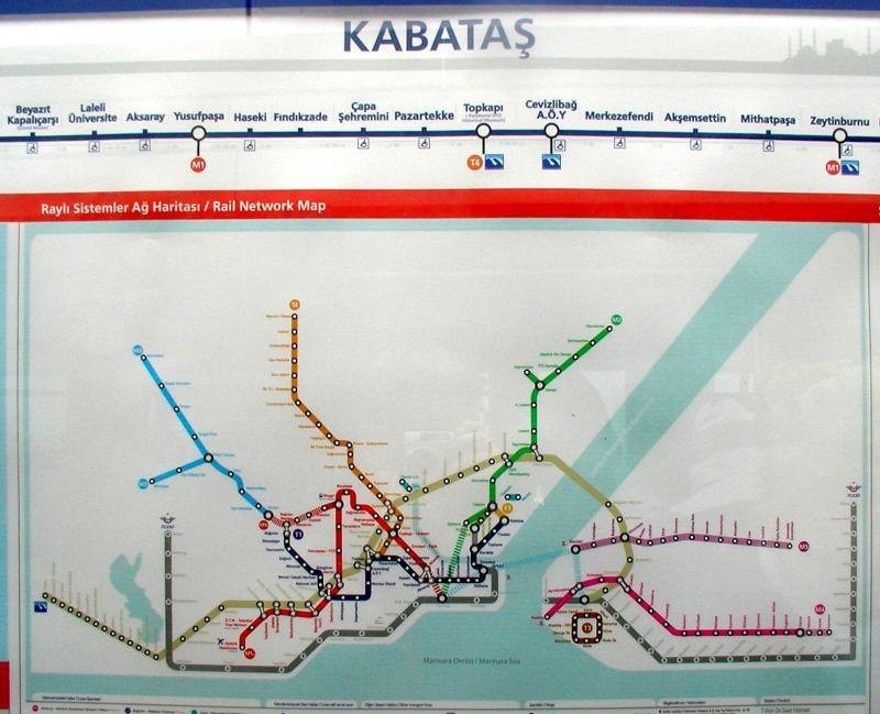 De beginhalte Kabatas. Deze ligt op een knooppunt van het openbaar vervoer. Diverse buslijnen eindigen er; de halte ligt aan de Bosporus en er komen can ook veerboten vanaf het Aziatische deel van de stad. Verder is er vanaf dit punt een funiculaire naar Taksim, het meest bekende plein van Istanbul.
