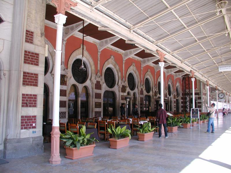 Ook het Sirkeçi station dateert uit de beginjaren van de 20e eeuw. Het lijkt nogal groot voor het kleine gebied van Turkije in Europa, maar in de tijd dat het gebouwd werd, viel een groot deel van de Balkan nog in het Turkse rijk.