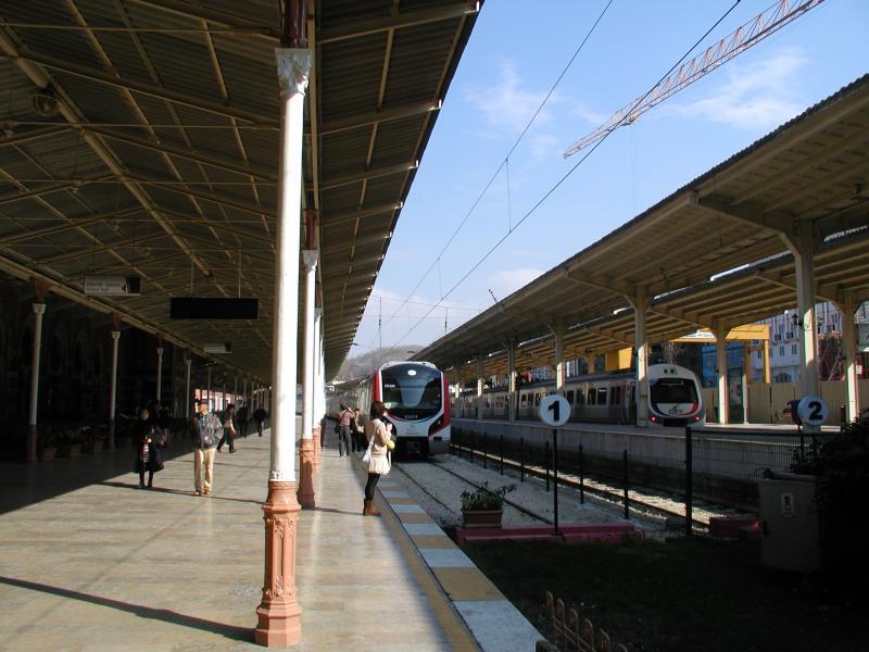 Het aantal treinen in dit station is bescheiden; en het zal binnenkort nog wel minder worden als de spoortunnel in gebruik is. Dan gaan veel treinen ondergronds langs dit station.