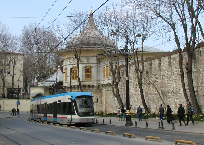 Even verder loopt de tramlijn langs de muur van het park dat bij het beroemde Topkapi-paleis behoort.