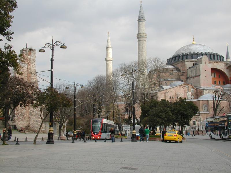 De tramlijn komt ook langs de Aya Sofia, ooit in het Oost-Romeinse rijk gebouwd als christelijke kerk. Later toen de Turken de stad hadden veroverd, werden minaretten toegevoegd en werd het een moskee. Tegenwoordig is het gebouw een museum.