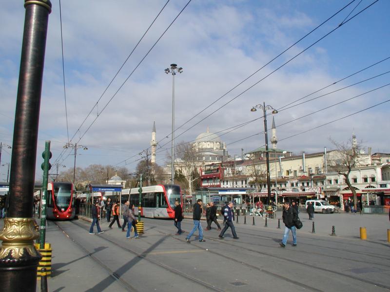 Een drukke halte in de binnenstad is het Beyazit-plein. Aan dit plein zitten enkele ingangen van de Grote Bazar, dus ook voor toeristen is dit een belangrijke halte.