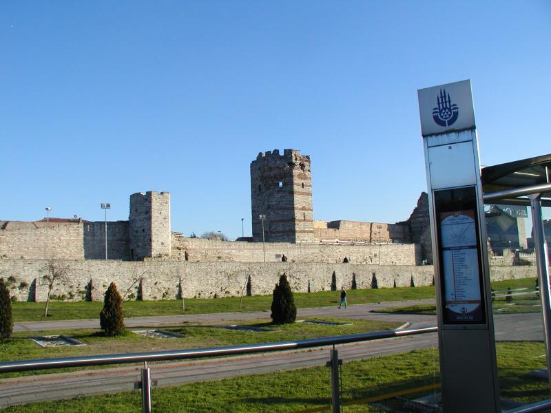 Lijn T4 loopt eerst een stuk langs de stadsmuur, een indrukwekkend bouwwerk dat al in de tijd van het Romeinse rijk is tot stand gekomen.