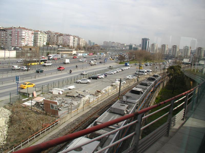 Een flink eind verder kruist de tramlijn T1 de grote ringweg; hier is ook een overstap op de metro-lijn M1, die we hier onder het viaduct door zien komen.