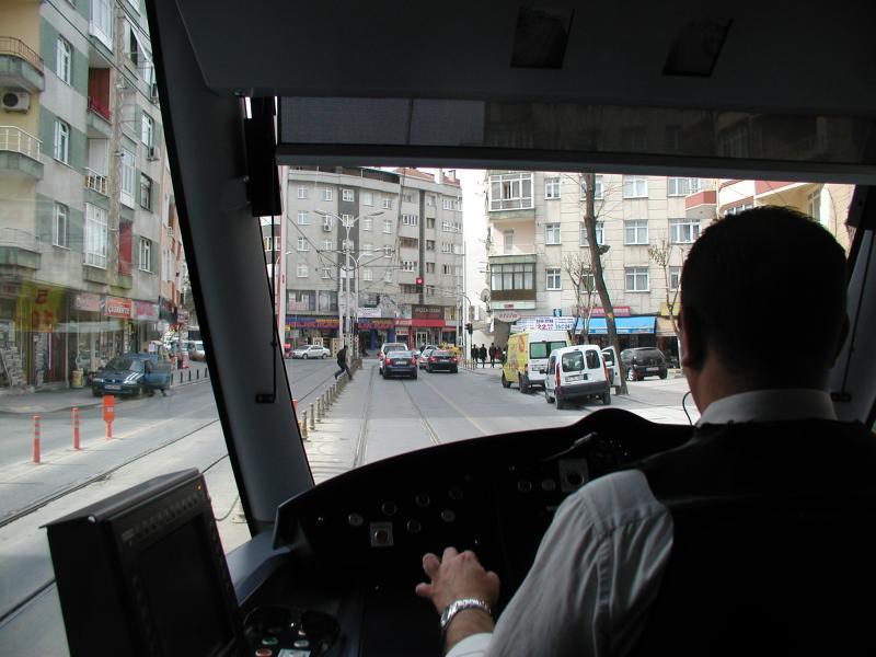 Hierna rijden we de gewone woonwijken binnen; dat vind ik het aantrekkelijke van openbaar vervoer in een vreemde stad: je ziet zo nog eens wat meer dan het centrum.