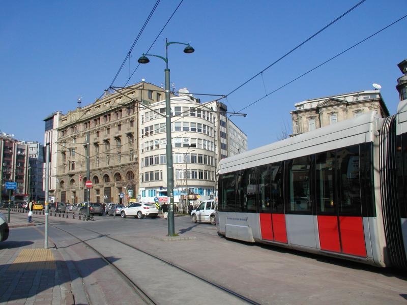 De halte vlak voor de Galata-brug. Als je hiervandaan de heuvel oploopt kom je bij het beginpunt van de toeristische tramlijn.