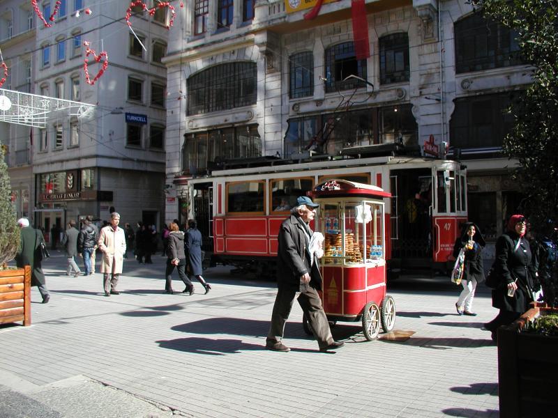 Dit tramlijntje is typisch een kort, toeristisch lijntje, enkelspoor door een drukke winkelstraat. Het tlijntje eindigt bij het Taksim-plein. Aardig is, dat ook etensstalletjes in de kleuren van de tram zijn geschilderd.