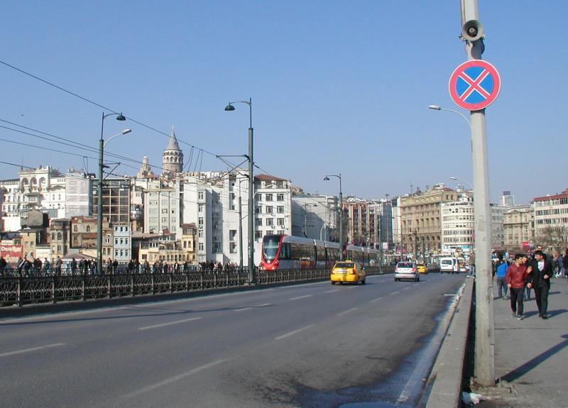 De tram op de Galata-brug. Deze kruist de oude haven van Istanbul, de Gouden Hoorn; dit is een zij-arm van de Bosporus.