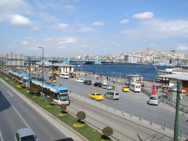 Op de halte direct na de Galata-brug, Eminönü, kun je overstappen op allerlei veerdiensten naar het Aziatische deel van de stad. Op de achtergrond is de Galata-brug nog te zien.