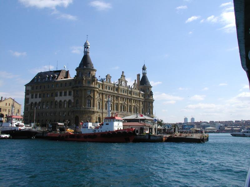 Wij kiezen de veerboot naar Haidarpaşa, waar de treinen naar het Aziatische deel van Turkije vertrekken. Het gebouw dateert van het begin van de 20e eeuw.
