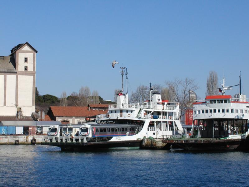 Op de terugweg passeren we enkele spoorponten. Toen wij er waren was de spoortunnel onder Bosporus nog niet klaar, dus de ponten werden nog gebruikt.