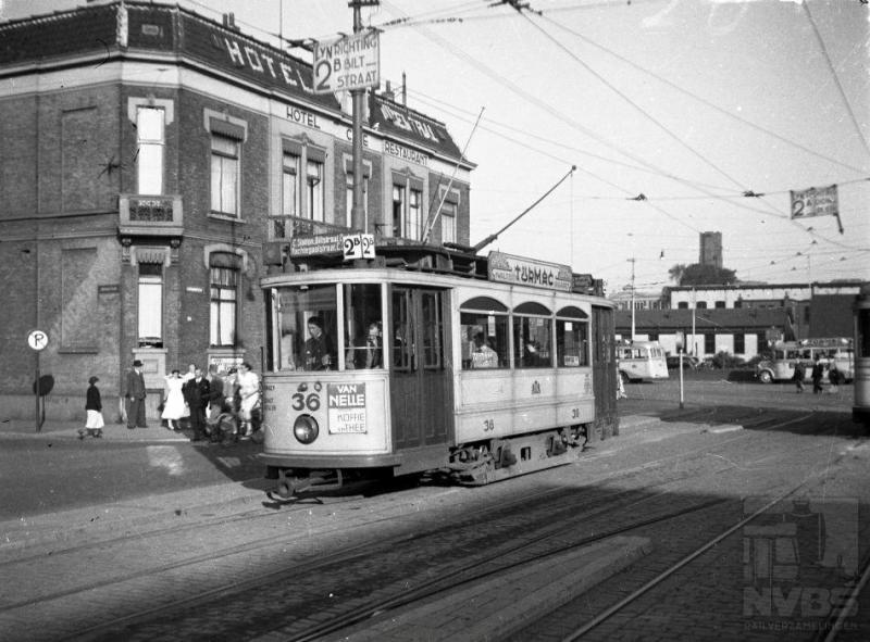 Op het Utrechtse Stationsplein zien we op deze foto motorrijtuig met nummer 36 ingetuigd als lijn 2B. Lijn 2 was een ringlijn die in beide richtingen werd bereden door lijn 2A in de ene en door lijn 2B in de andere richting. De gezamenlijke lengte in kilometers van de vijf tramlijnen bedroeg eveneens 36. Net als in de meeste andere tramsteden betrof het in Utrecht een gemeentebedrijf. Je krijgt echter de indruk dat de heren in het stadsbestuur niet zo veel op hadden met de tram. Op de twaalf motorwagens van Werkspoor uit 1927 na, bestond het materieel uit rijtuigen uit het begin van de Twintigste Eeuw aangevuld met tweedehands aangeschafte bijwagens. Geen wonder wellicht dat de laatste tram in januari 1939 heeft gereden.Foto: fotograaf onbekend (100.057)