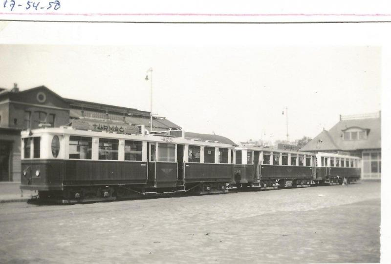 """Amsterdam telt verschillende stations. Bij het Weesperpoortstation eindigde de tram van de Gooische Tramweg Maatschappij die de passagiers uit het Gooi op comfortabele wijze, maar niet elektrisch, naar de hoofdstad bracht. Het is een robuust geheel, deze motorwagen 17 met de 54 en 58 erachter. Tegenwoordig zouden we zoiets waarschijnlijk """"light rail"""" noemen. De foto is gemaakt op 22 mei 1938.Foto: W.D.J. Cramer (119.324D)"""