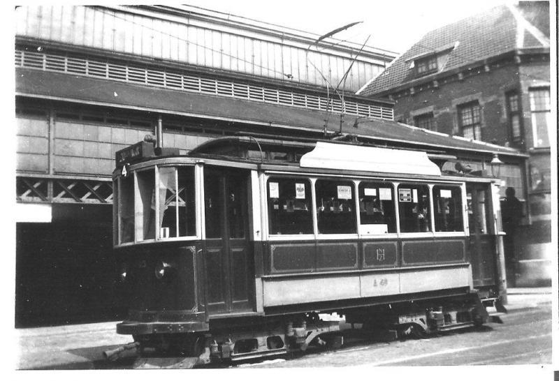 """De """"Noord-Zuid-Hollandsche"""" oftewel de NZH verzorgde het openbaar stadsvervoer in en rond Haarlem. Voor het station staat hier motorwagen A45 van lijn 4 klaar voor vertrek naar het andere eindpunt Leidschevaart. De NZH is een opvolger van de ENET, de Eerste Nederlandsche Electrische Tram. Zoals de naam al aangeeft: zij was de allereerste in ons land met elektrische trams, al aan het eind van de 19e eeuw. Op de foto zien we daar een mooi voorbeeld van: de A45 van plaatselijke fabrikant Beijnes dateert uit 1899. Deze oudjes gingen in 1934 uit dienst, dus het plaatje moet van voor die tijd zijn.Ondanks het feit dat de laatste tram in 1961 heeft gereden, spreekt """"de blauwe"""" zoals de NZH vaak wordt genoemd nog altijd tot de verbeelding van veel hobbyisten. Misschien komt dat doordat velen deze trams hebben gekend: het netwerk liep van Alkmaar tot Den Haag.Foto: J.H.E. Reeskamp (188.912)"""