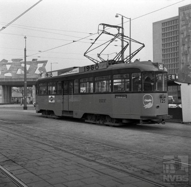 Rotterdam is weliswaar een grote stad, maar vijftig tramlijnen? De dakreclame geeft uitsluitsel: het RET-Mannenkoor bestond in 1968, het jaar van de foto, vijftig jaar. De 125 staat voor het fraaie station van Van Ravensteijn, dat net als in Den Haag plaats heeft moeten maken voor een volgende generatie. Rotterdam heeft stevig ingezet op de ontwikkeling van een metronet, maar gelukkig zijn er nog tramlijnen overgebleven. Na de totstandkoming van de Erasmusbrug is het tramnet zelfs fors gegroeid omdat de stadsdelen ten zuiden van de Nieuwe Maas nu weer konden worden bereikt.Foto: J.W.A. Jekel (1129.844A)