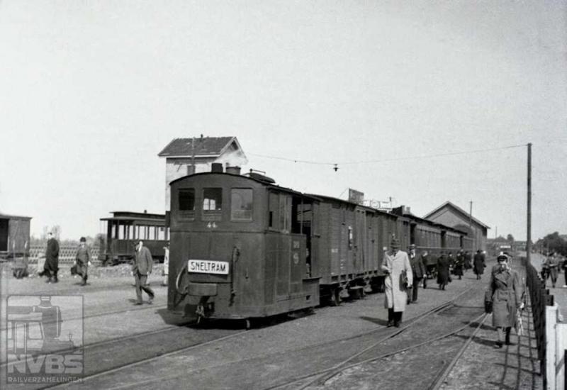 De sneltram uit Joure levert op deze foto reizigers af op het emplacement bij het NS-station te Heerenveen. Locomotief 44 trekt deze tram van de Nederlandsche Tramweg Maatschappij (NTM) die de meeste tijd ook in deze stad was gevestigd. De NTM exploiteerde vele paardentram- en later stoomtramlijnen. Nederlands laatste paardentram was ook van de NTM en reed tussen Harkezijl en Makkum, opgeheven op 16 juli 1930. Reizigersverkeer is in 1948 gestopt maar vele trajecten bleven liggen voor goederenvervoer. Het bekendst is de lijn Groningen-Drachten, waar ook de NVBS met een excursie nog aanwezig is geweest.Foto: J.A. Bonthuis (129.613C)