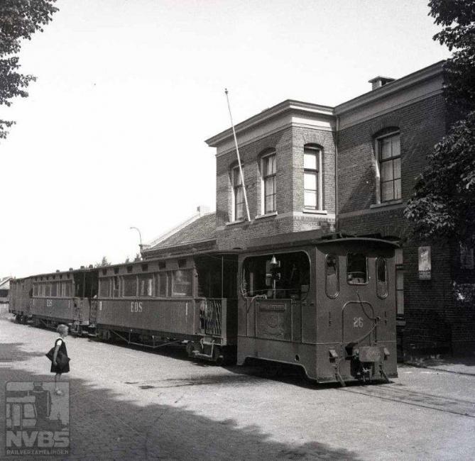 """Hier is zo'n tram van de DSM/EDS uit Dedemsvaart in Zwolle aangekomen op het tramstation vlakbij de NS. Als trekkracht zien we loc 26 """"Emmer Compascuum"""". Het is nog steeds oorlog: 26 augustus 1942.Foto: J.A. Bonthuis (129.001C)"""