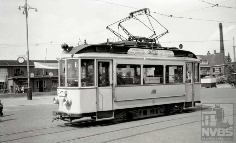 """Ook naburige stad Nijmegen heeft elektrische trams gekend die het tot 1956 hebben volgehouden. Als tiener heb ik nog het geluk gehad met mijn ouders een rit te kunnen maken met """"bergspoorlijn"""" 2 naar Berg en Dal, een onvergetelijke ervaring. Als deze lijn nog zou bestaan, had Nijmegen er een toeristische attractie van formaat bij. Helaas. Maar in deze serie gaan we per tram naar het station, zo ook hier; motorwagen 8 staat al klaar op het Stationsplein om zo meteen naar St. Anna te vertrekken. De foto is gemaakt op 15 augustus 1948 toen de 8 al 37 jaar oud was. Het is de laatste uit de eerste serie elektrische motorrijtuigen uit 1911 (1-8). De spoorwijdte bedroeg 1067 mm en de bovenleidingspanning was hoger dan elders: 785 V vanwege de hellingtrajecten.Foto: : J.A. Bonthuis (129.328C)"""