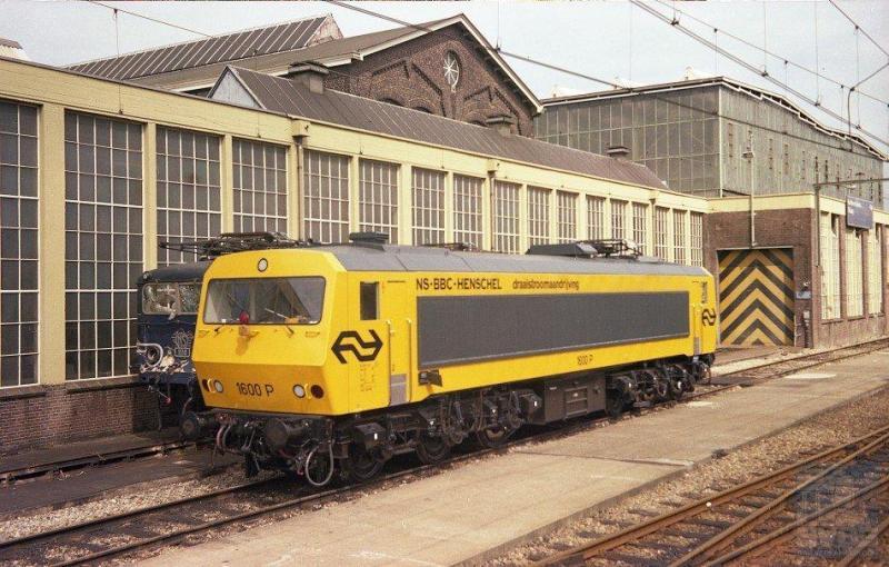De proef-eloc 1600P met draaistroomaandrijving, door NS samen met Henschel en BBC ontwikkeld, brengt op 31 juli 1977 een bezoek aan de werkplaats Tilburg. Waarschijnlijk alleen voor een stalplaats en niet om gerepareerd te worden. Dat is anders bij de erachter verscholen staande blauwe eloc 1118 die duidelijk botsschade heeft opgelopen (J.A.Bonthuis; 639.685C).