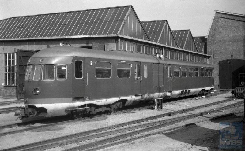 Dieselmotorrijtuig omBC 11, de vroegere 2907, mankeert iets waarvoor het naar de werkplaats in Utrecht is gebracht. Maar de 11 kan ook op eigen kracht hierheen zijn gereden, dat is niet meer te achterhalen. Het is 4 augustus 1954 (J.A.Bonthuis; 639.458C).
