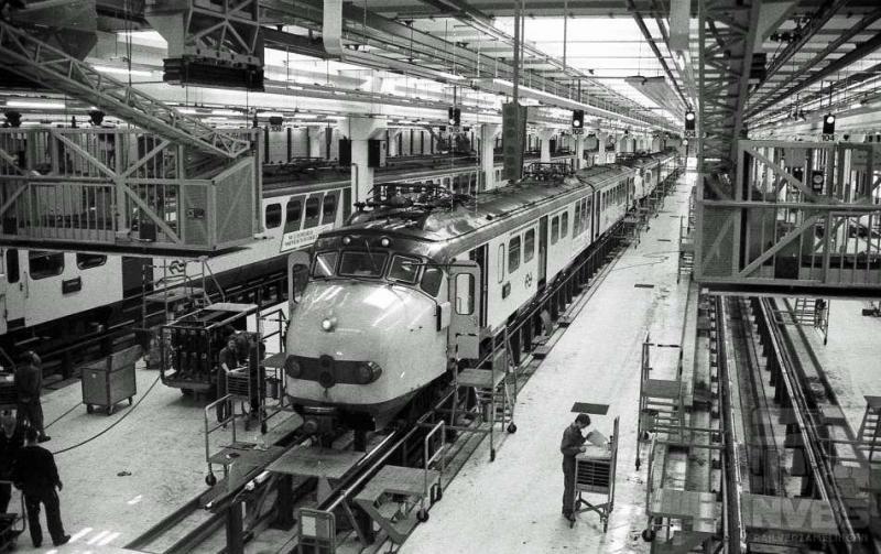In de werkplaats te Onnen wordt op dit plaatje gewerkt aan elektrische treinstellen: vooraan ELD4 1744 en ELD2 357. Allebei hondenkoppen, een viertje en een tweetje. De eerste kreeg in de zeventiger jaren een 1 voor het nummer toen het interieur een coachopstelling kreeg. De foto werd op 13 april 1988 gemaakt (J.A.Bonthuis; 539.662C).