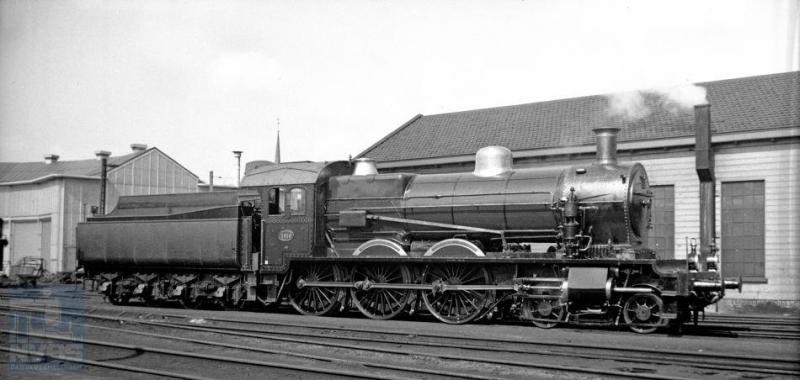 Een van de fraaiste series locomotieven van de NS, 3701-3820. Ook een heel grote serie trouwens. Op 7 april 1939 deed de 3816 de werkplaats Tilburg aan voor onderhoud of reparatie. De laatste vijf exemplaren van deze serie locomotieven werden in 1928 door Schwarzkopff gebouwd. In tegenstelling tot alle voorgaande exemplaren, kregen zij niet meer eerst een nummer van de Staatsspoorwegen, maar direct het nummer van de NS. Kort voor de oorlog werden zes exemplaren (3800-3805) van stroomlijnbekleding voorzien die in de oorlogsjaren weer werd verwijderd. Zoals bekend slijt de 3737 haar laatste jaren in het Nederlands Spoorwegmuseum, helaas al jaren niet meer in rijdbare toestand. (H.G.Hesselink; 571.184D).