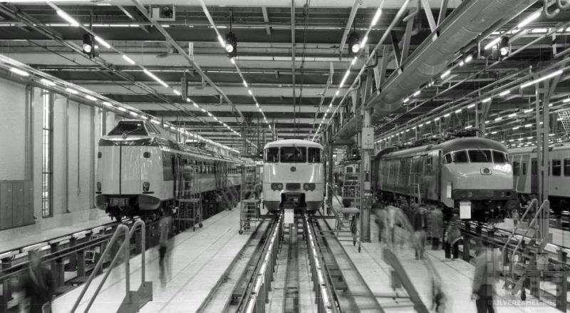 Open dag aan de Zaanstraat te Amsterdam: altijd veel te zien. Op deze 7 april 1984 zijn dat, althans op deze plaat, de 4011, de 2888 en bovendien het elektrisch motorrijtuig mP 3020. mP staat voor motorPost. PTT schafte in 1965 en 1966 het aantal van 35 van deze motorrijtuigen aan voor het postvervoer over de rail, dat in 1997 werd overgenomen door postvervoer over de weg. De meeste mP's waren nog te goed voor de sloop en gingen sindsdien allerlei hand-en spandiensten verrichten (J.A.Bonthuis; 539.658C).