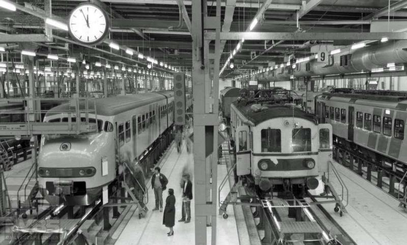 Een van de werkplaatsen in het Amsterdamse bevindt zich aan de Zaanstraat. Op 7 april 1984 fotografeerde de heer Bonthuis hier het elektrisch treinstel planT 515 en het elektrisch motorrijtuig waarvan de naam meer zegt dan het nummer: Jules (539.655C).