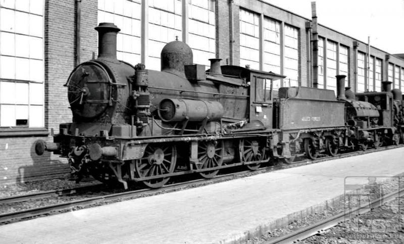 We gaan weer naar Tilburg, en wel niet zo heel lang na de oorlog -15 april 1949- en zien een stoomlocomotief van de Allied Forces, nummer L149, naast de werkplaats staan. Erachter een loc met een zadeltank. Dat moet er een uit de serie 8201-8232 zijn (J.A.Bonthuis; 509.052C).